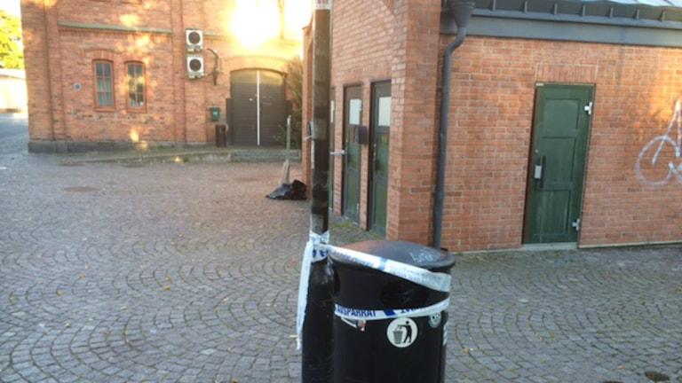 Den offentliga toaletten på Hamnplan i Örebro, där mordförsöket skedde, är avspärrad. Foto: Peter Bjurbo/Sveriges Radio.