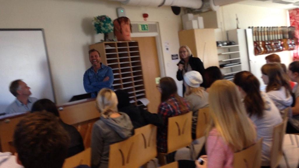 Lars NIlsson överraskades i direktsändning under en niondeklass musiklektion. Foto: Karl Johans skola.