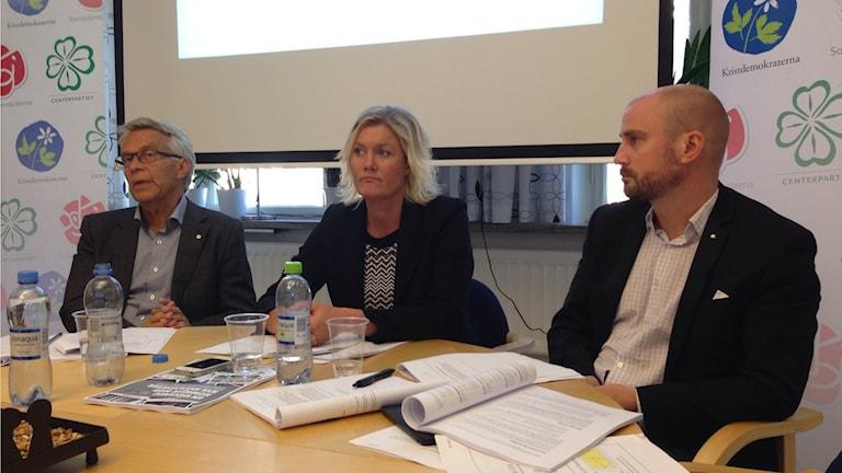 Kommunalråden Lennart Bondeson, Lena Baastad och Rasmus Persson presenterar bugeten för Örebro kommun. Foto: Madeleine Persson/Sveriges Radio.