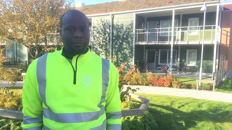 Bingo Miguel, en av de som fått jobb som boendebyggare i Vivalla i Örebro. Foto: Hanna Roth/Sveriges Radio