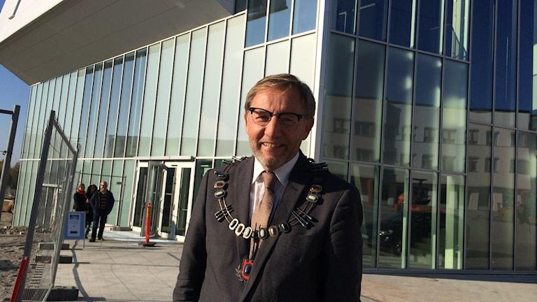 Jens Schollin, rektor Örebro universitet framför Nova