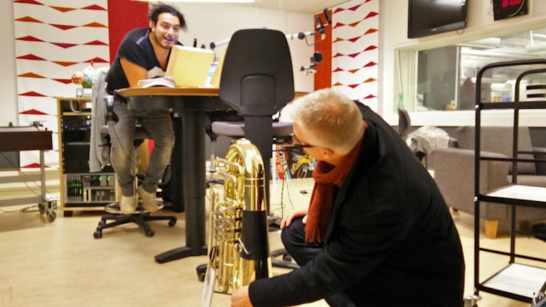 Erik Wahlgren, Hemvärnets Musikkår i Guldsmeddshyttan packar upp bastuban. Foto: Jens Tisbo / Sveriges Radio