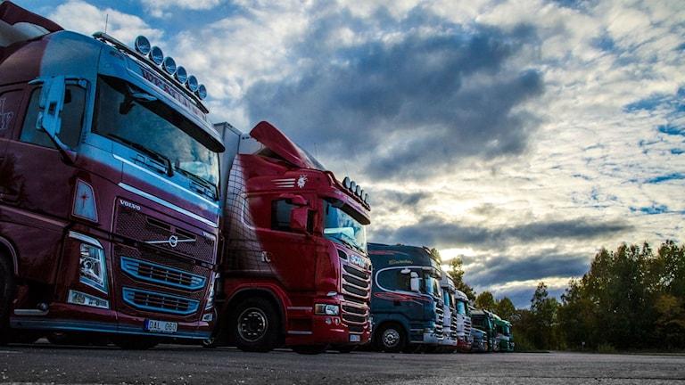 Lastbilar vid macken i Götlunda vid gamla Arbogavägen.
