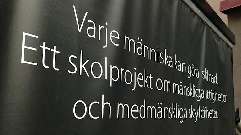 Kuben som ska lära eleverna på Plusgymnasiet mer om de mänskliga rättigheterna. Foto: Hanna Roth/Sveriges Radio.