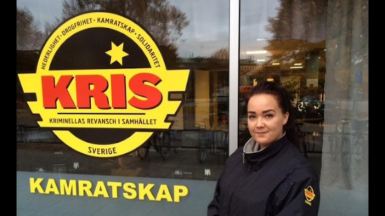 Samatha Bergström jobbar på KRIS. Foto: Peter Bjurbo/Sveriges Radio.