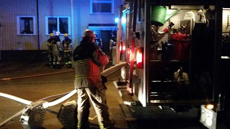 Vindsbrand i ett flerfamiljshus i Vretstorp. Foto: Christian Vargahed.