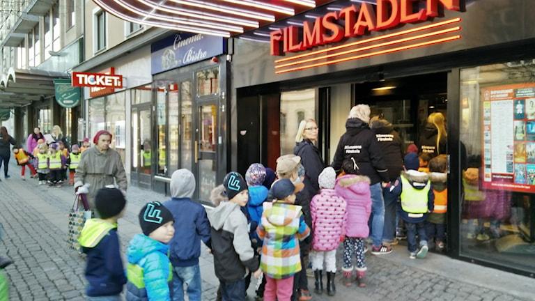 Barnen på flera förskolor i Örebro går på teaterbio. Foto: Jens Tisbo / Sveriges Radio