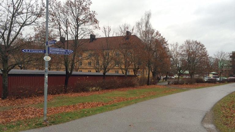 Garagen ska rivas och ersättas med ett hyreshus. Foto: Peter Bjurbo/ Sveriges Radio