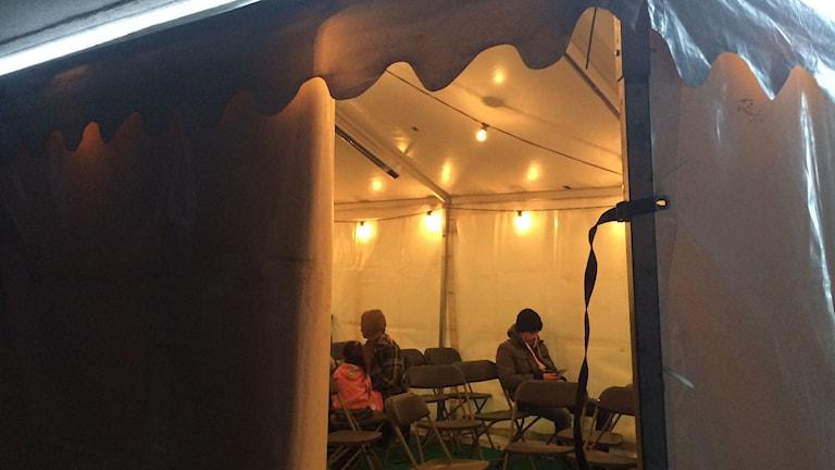 Zelt vor der Niederlassung der Behörde in Örebro (Foto: Karwan Tahir/Sveriges Radio)