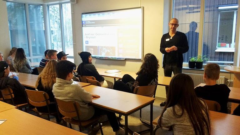 Jonas Langell, So-lärare vid Skogstorpsskolan i Kumla, svarar på barnens frågor om dådet i Paris. Foto: Malin Laurila/Sveriges Radio.