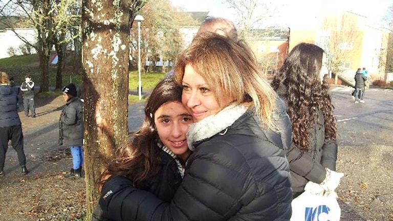 Daniella blir kramad av mamma Tamar. Mellringeskolan