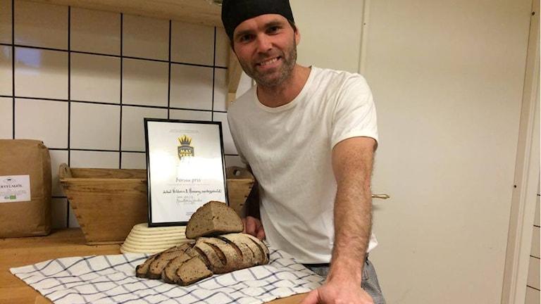 En stolt bagare, Emanuel Eskilsson med sitt vildsvinsdoftande surdegsbröd. Foto: Malin Laurila/ Sveriges Radio