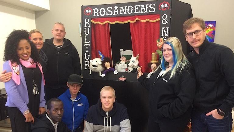 Deltagare och ledare i arbetsmarknadsprojektet Rosängens kultur och nöje. Foto: Anna Björndahl/Sveriges Radio.