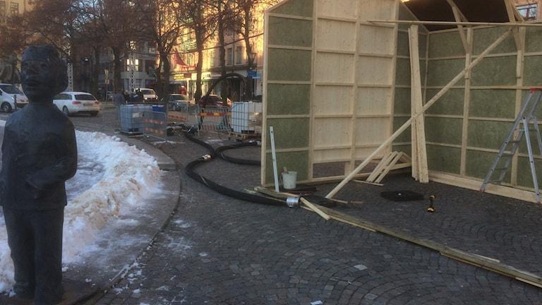Förberedelser för konstfrusen isbana på Järntorget i Örebro pågår. Foto: Arne Holmberg / Sveriges Radio