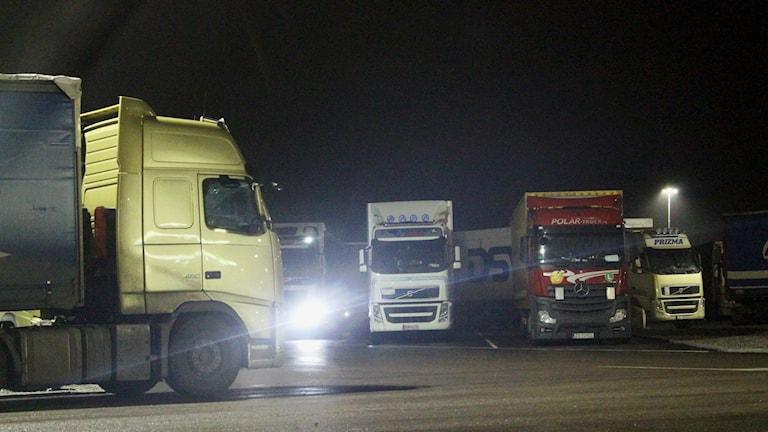 Truckstop i Örebro var menat att bli en trygg övernattningsplats för lastbilschaufförer. Istället förekommer vilda fester, svineri och smuggelsprit.