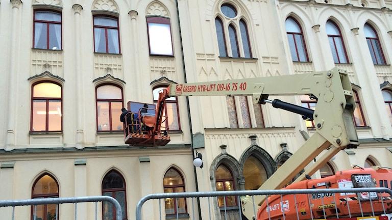 Årets Rådhuskalender monteras upp på rådhuset i Örebro. Foto: Andreas Morén P4 Örebro.