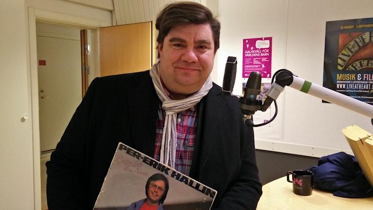 Kapellmästare Pelle Ankarberg med nostaligiplattan under armen. Foto: Jens Tisbo/ Sveriges Radio