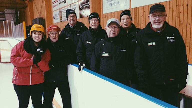 """En del av """"Knytgubbarna"""" fr. vänster: Reporter Hanna Roth, Pliggen, Alf, Johnny, Göte, Kalle och Bosse. Fotograf: Privat."""
