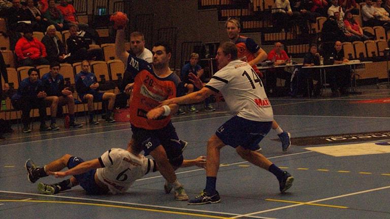 Fatlum Ahmeti gör ett av sina sju mål mot IFK Tumba. Foto: Lasse Hellstrandh/Sveriges Radio