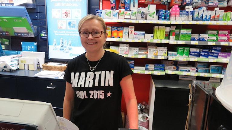 Idol 2015, hysterin är stor i Lindesberg och många bär Idol Martin tröjor.