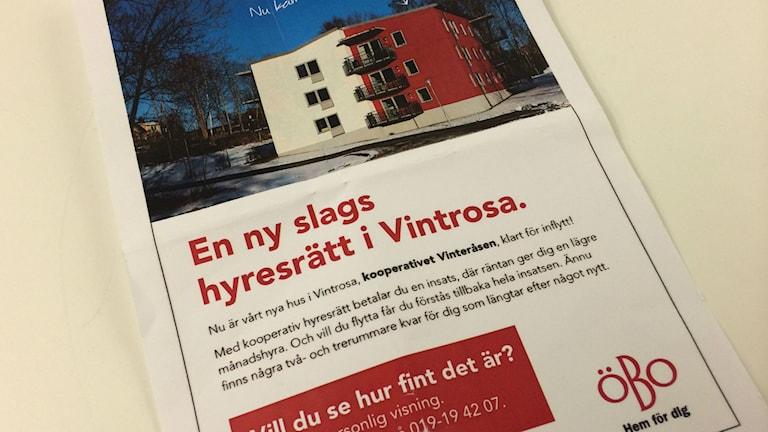 Reklamblad för de kooperativa hyreslägenheterna i Vintrosa som Öbo byggt nyligen. Foto: Andreas Morén P4 Örebro.