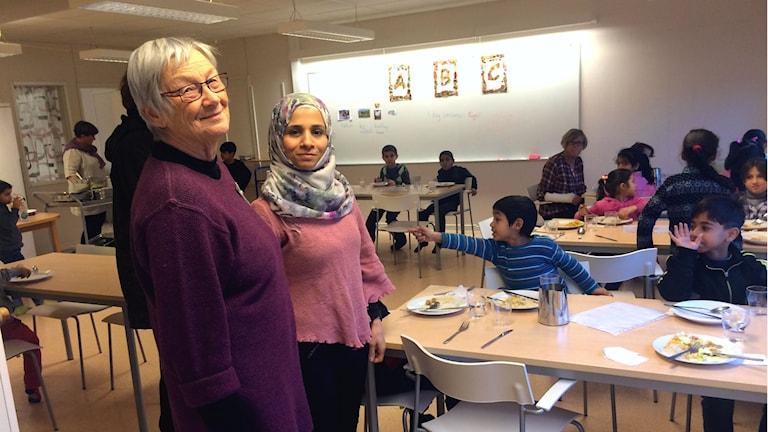 Gunillja Öjebo tillsammans med den nyanställde hemspråksläraren Nuha Yossef från Syrien.