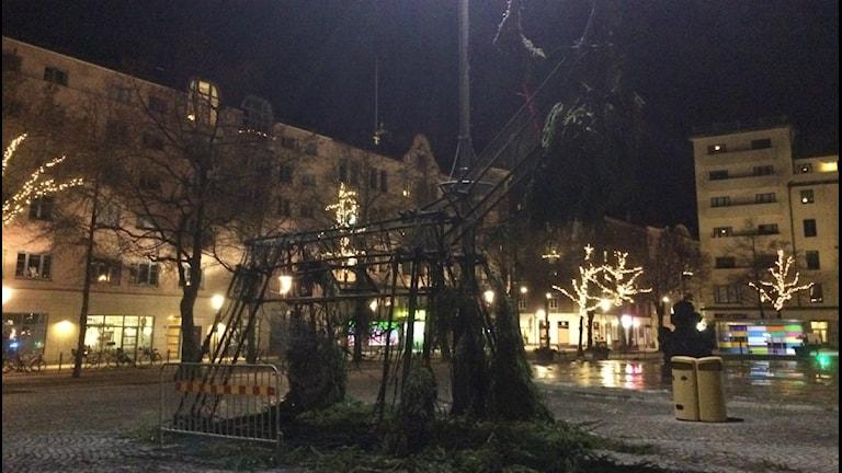 Bara skelettet finns kvar av Julbocken på Järntorget i Örebro. Foto:Anna Björndahl/Sveriges Radio.