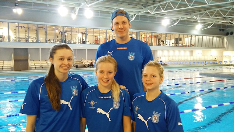 Clara Momats, Magdalena Hagsten Skarda och Cornelia Johansson tillsammans med Joacim Wiking.