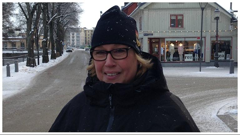 Stina Broberg parkeringsvakt hos Örebro kommun. Foto: Alfred Wreeby/Sveriges Radio