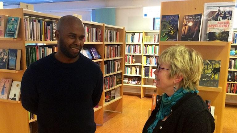 Abdullahi Isse samtalar med Karin Blomqvist, förstebibliotekarie.