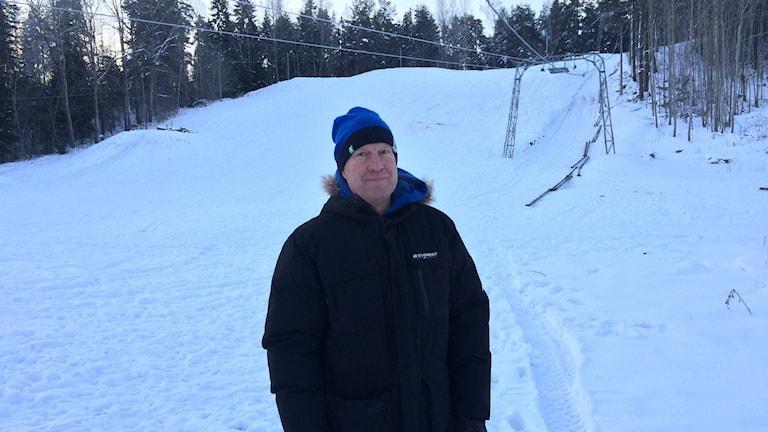 Ulf Pragnert hoppas att slalombacken ska vara kvar till nästa helg. Foto: Anna Björndahl/Sveriges Radio.