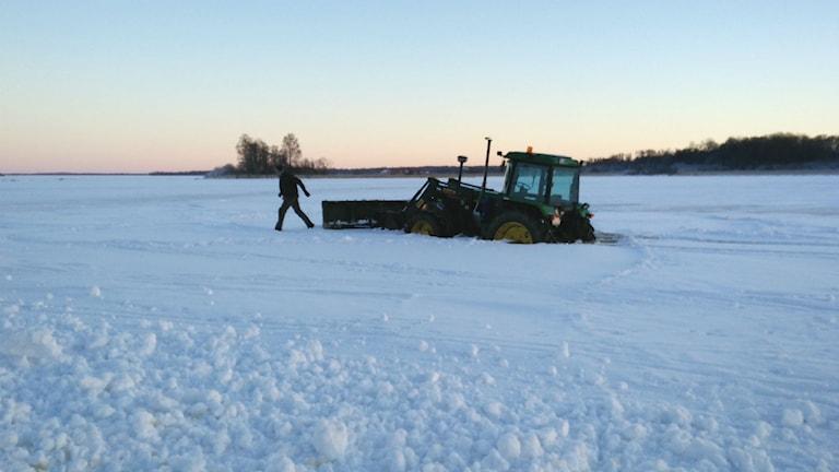 Traktor gick genom isen vid Rynnineviken. Foto: Jens Tisbo/Sveriges radio