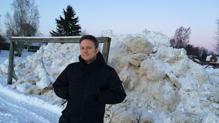 Calle Eriksson boende nära den nya snötipp som Hallsbergs kommun öppnat. Foto: Andreas Morén P4 Örebro Sveriges Radio.