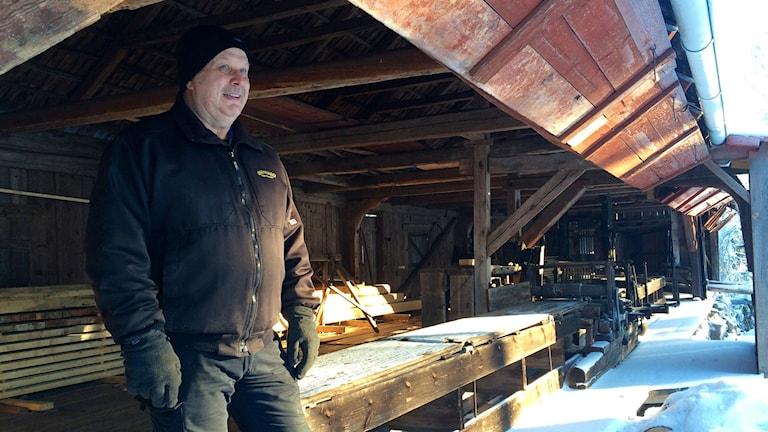 Holger Örtenmalm och hans son Dennis får pris för restaureringen.