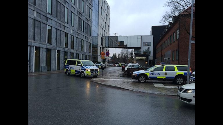 Gawaari boliis oo waardiyeeyneya dacwad ka socota maxkamad. Foto: Karwan Tahir/Sveriges Radio