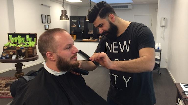 Johan Stål får sitt skägg klippt och putsat av Ges Hasan.