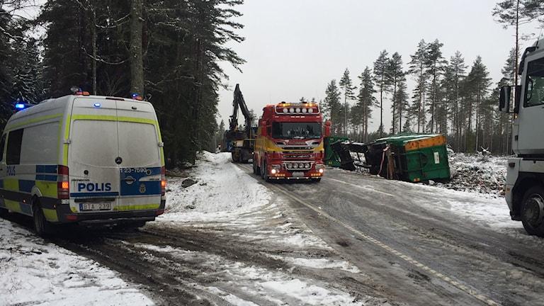 En lastbil full med sopor körde av vägen
