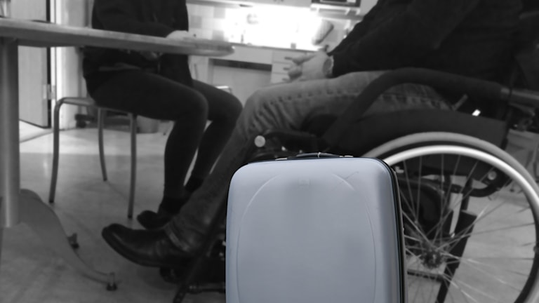 Bildmontage rullstol resväska