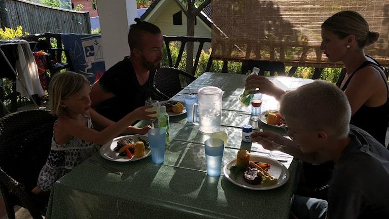 Familjen försöker att äta middag tillsammans hemma på söndager.