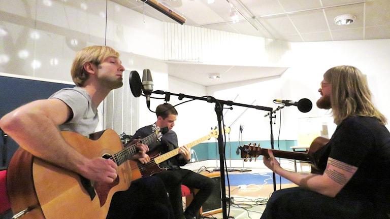 Tomas Brink tillsammans med basisten David Salminen och gitarristen Johan Kull