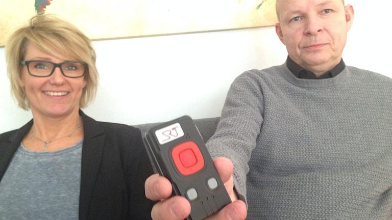 Marika Källgren, larmdosan och Peter Axelsson behandlingsassistenter och kuratorer vid två stödboenden i Örebro kommun