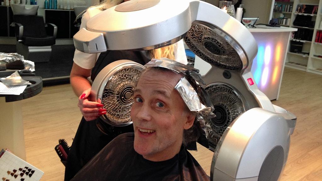 Tommy Svensson hos frisören