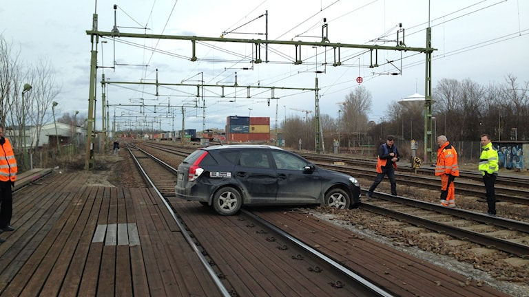 Bil på spår nära centralstationen i Örebro