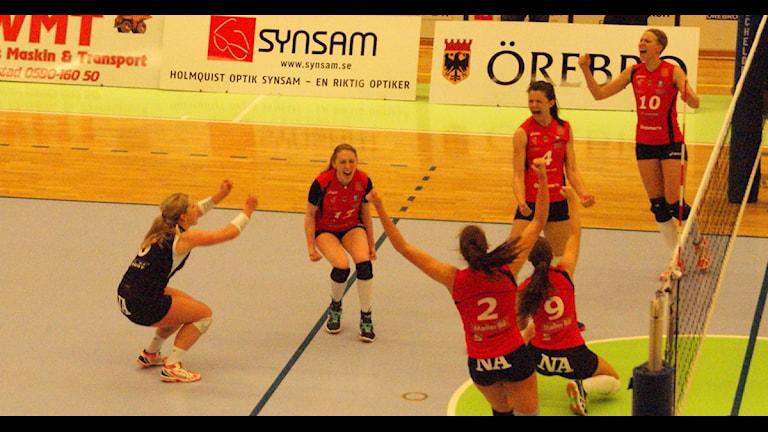 Örebroglädje efter säkrad SM-semifinal. Foto: Lasse Hellstrandh/Sveriges Radio