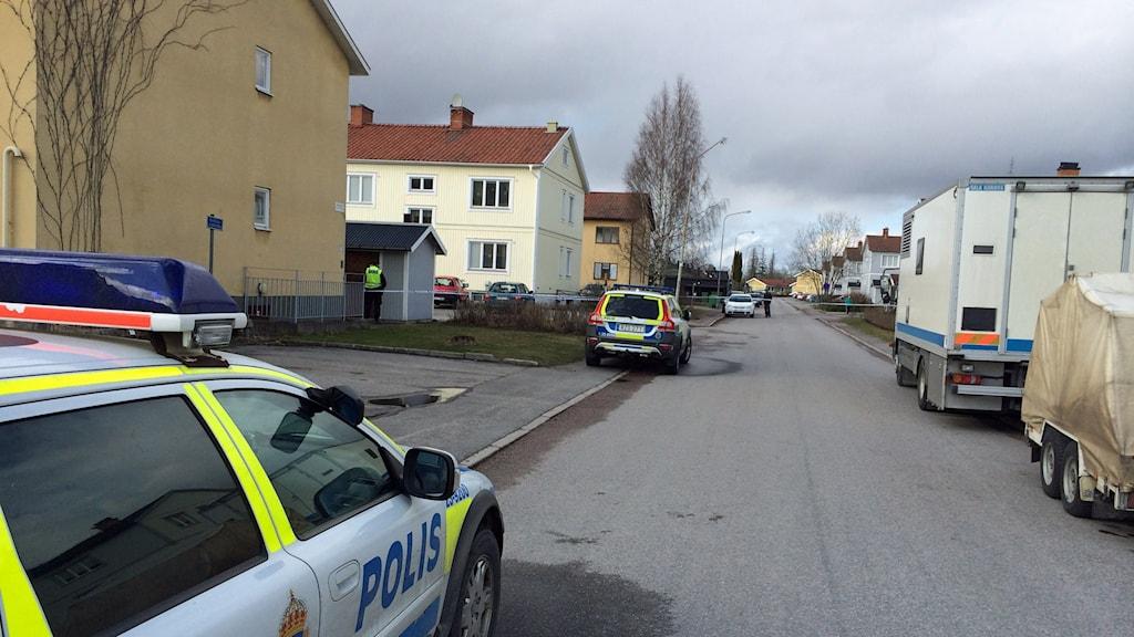 Polisen och bombbilen finns på plats utanför huset.