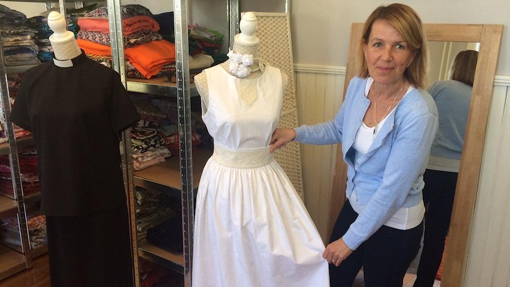 Agneta Bergman i Kumla designar nya kläder av återbrukat material.