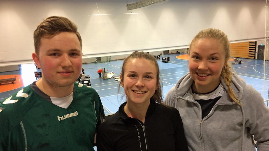 Christoffer Babic, Johanna Westin-Sjölund och Natalie Forslund är alla engagerade handbollsgymnasister och laddar för kvällen viktiga kvalmatch mellan LIF Lindesberg och Skövde