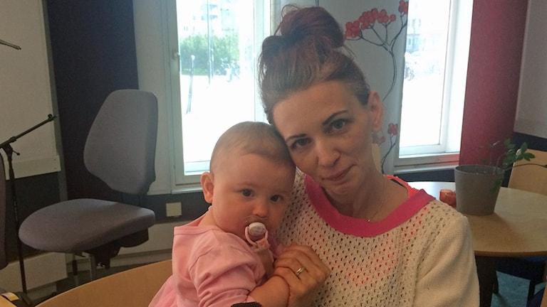 Isa Lane med dottern Zoe söker sällskap på kvällstid.