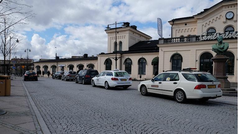 Taxibilar vid Örebro station. Bilarna har inget med helgens händelser att göra.