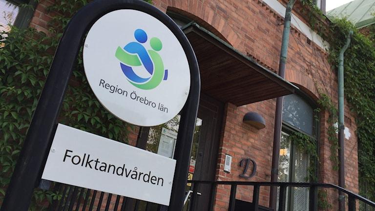 En vattenläcka gör att Folktandvården Sofia i Örebro måste boka om patienter idag.